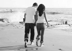 Una pareja paseando por una playa