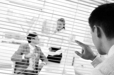 Detective investigando una infidelidad