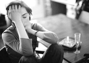 Mujer sintiéndose traicionada por una infidelidad