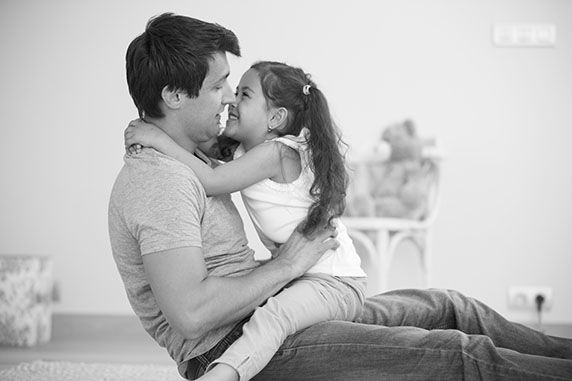 Padre abraza  a su hija pequeña