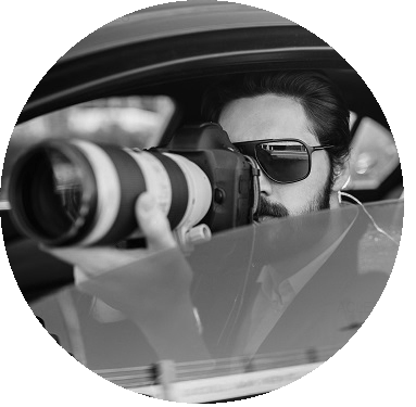 Detectives Privados en Barcelona fotografiando con un teleobjetivo desde el interior de un vehículo